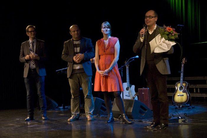 Sten Bernhardsson, kulturdirektör, tar emot det första barnrättspriset 2011, för Kulturnattens räkning.