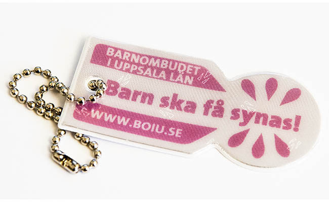 En reflex med texten Barn ska få synas! mot vit bakgrund, Barnombudet i Uppsala län